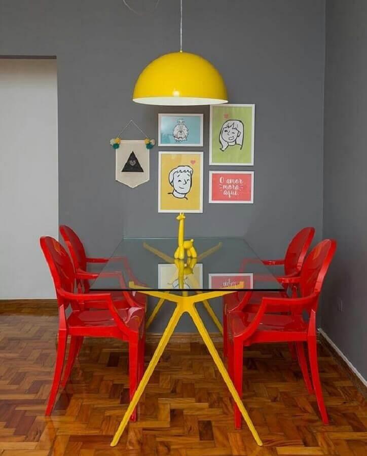 decoração para sala de jantar em tons de vermelho cinza e amarelo Foto Gorzavel