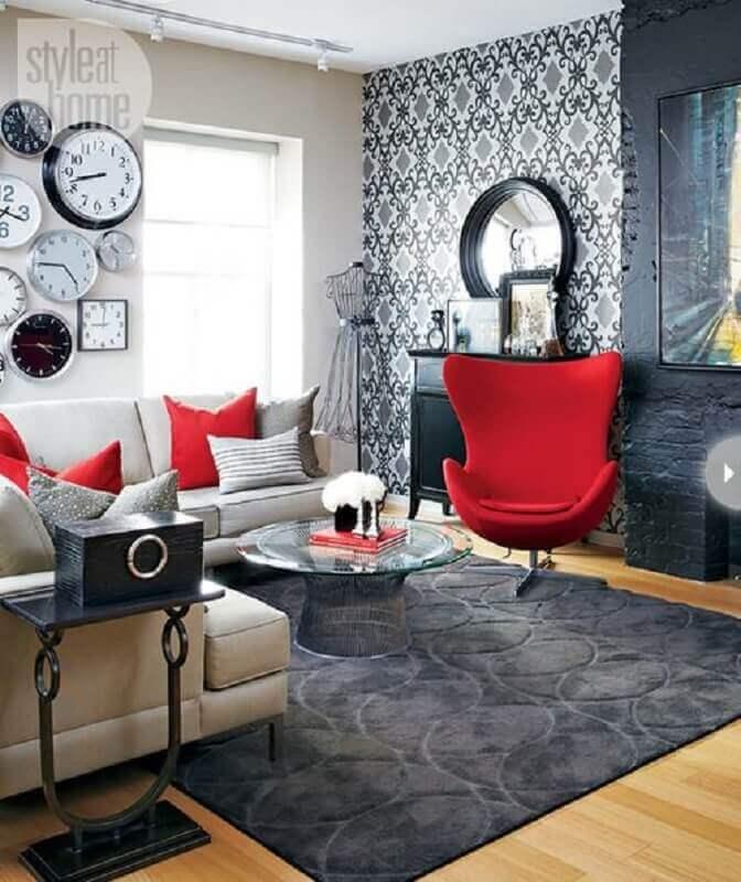 decoração para sala em tons de vermelho e cinza com papel de parede Foto StyleAtHome