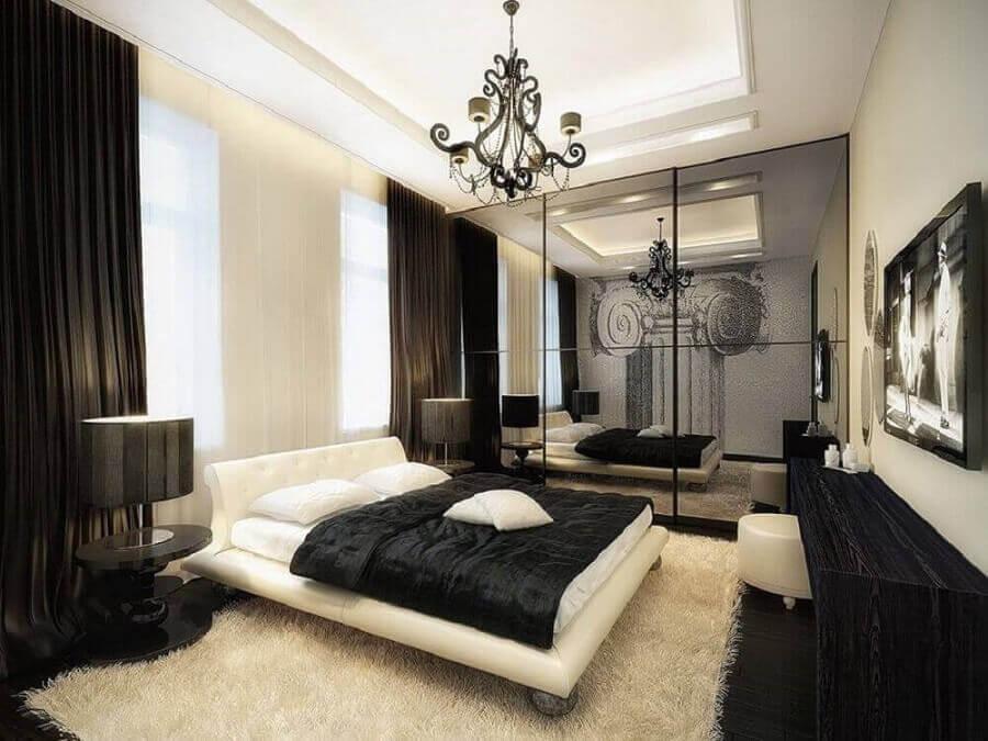 decoração quarto preto e branco com lustre e espelho