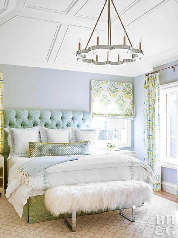 decoração romântica para quarto com lustre grande