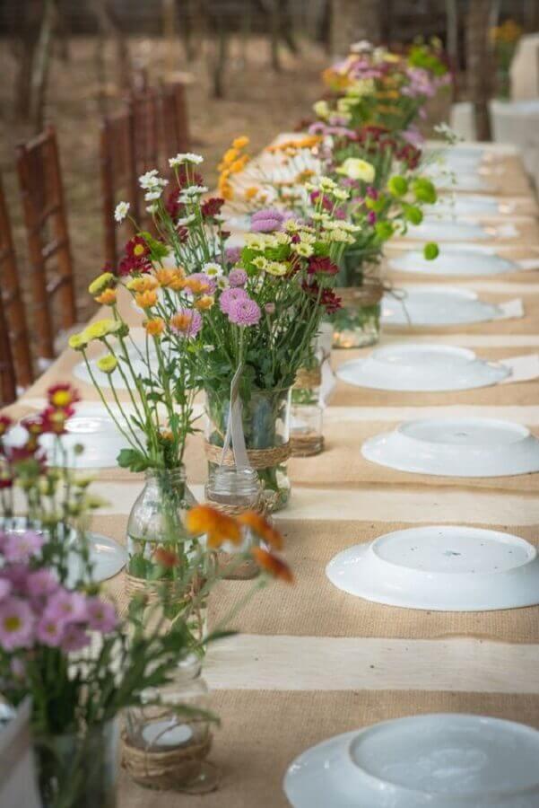 decoração simples bodas de pérola com vasinhos de flores Foto Blog da Tetê