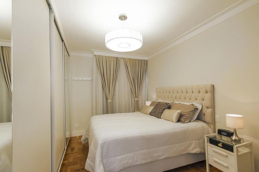 decoração simples com lustre para quarto de casal