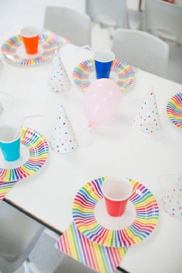 decoração simples para festa infantil com pratinhos e copinhos coloridos Foto 100 Layer Cake