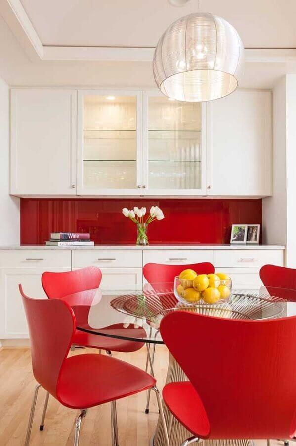 decoração vermelho e branco para cozinha com mesa de vidro e armário planejado Foto One Kindesign