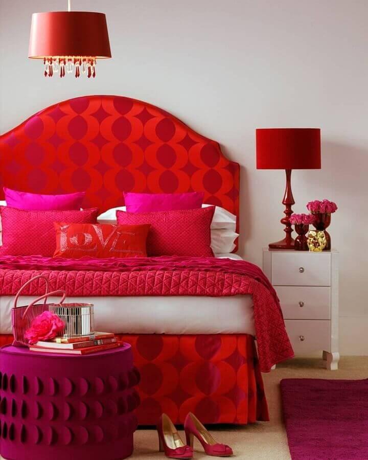 decoração vermelho e branco para quarto com detalhes em pink Foto Evgenia Kuzmina