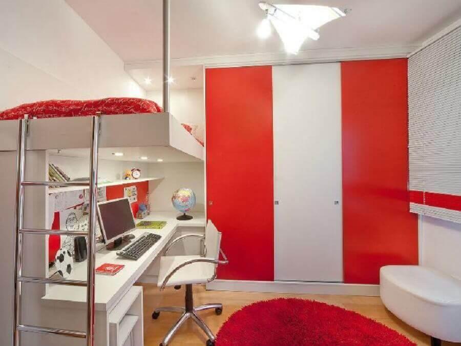 decoração vermelho e branco para quarto de solteiro com home office Foto Aclaene de Mello Arquitetura