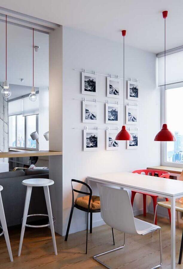 decoração vermelho e branco para sala de jantar com cadeiras de modelos difernetes Foto Pinterest