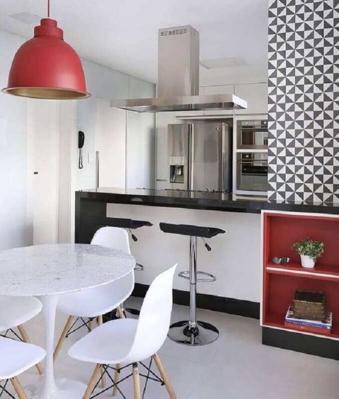 decoração vermelho e branco para sala de jantar com cozinha americana Foto Pinosy