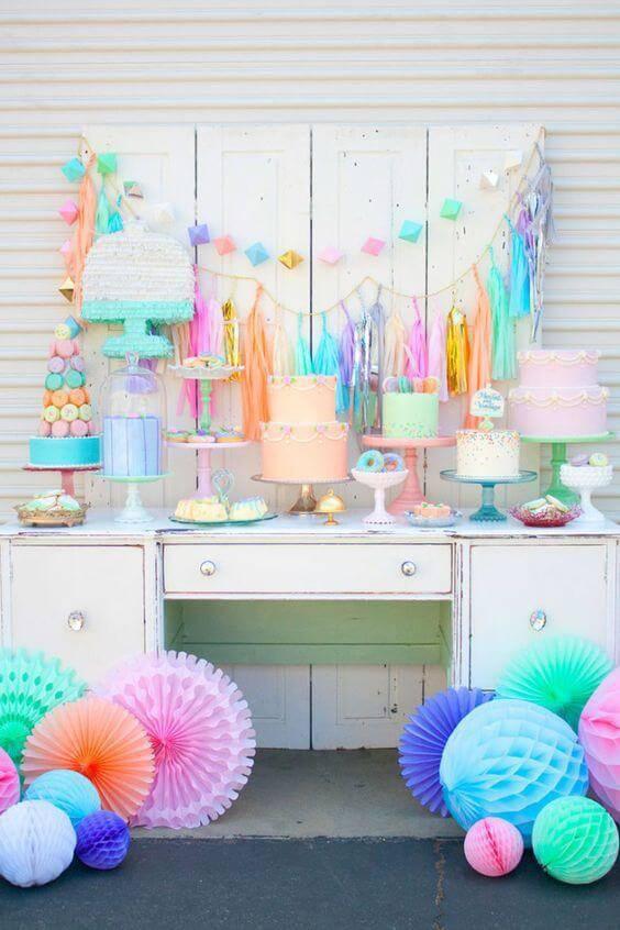 decoracao de festa infantil com penteadeira antiga pastel