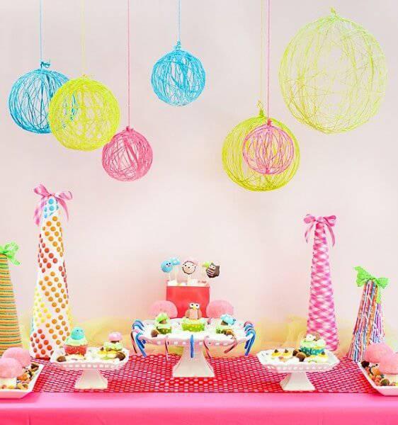 decoracao de festa infantil com pratos altos e bolas