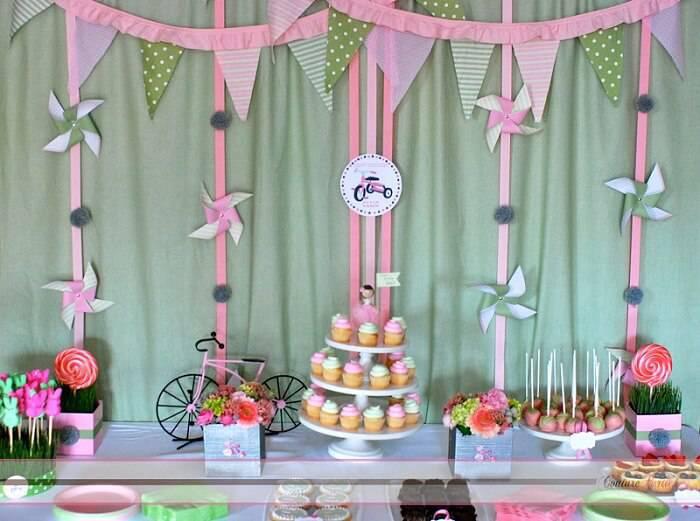 decoracao de festa infantil com pratos de bolo