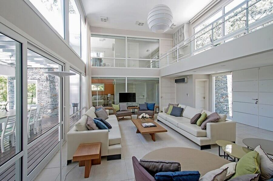 decoração sala de estar grande com lustre e mezanino Foto Estudio Sespede Arquitectos