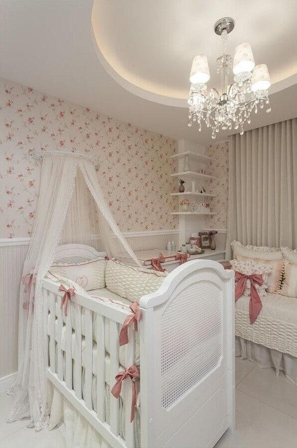 delicada decoração com lustre para quarto de bebê Foto Vanja Maia