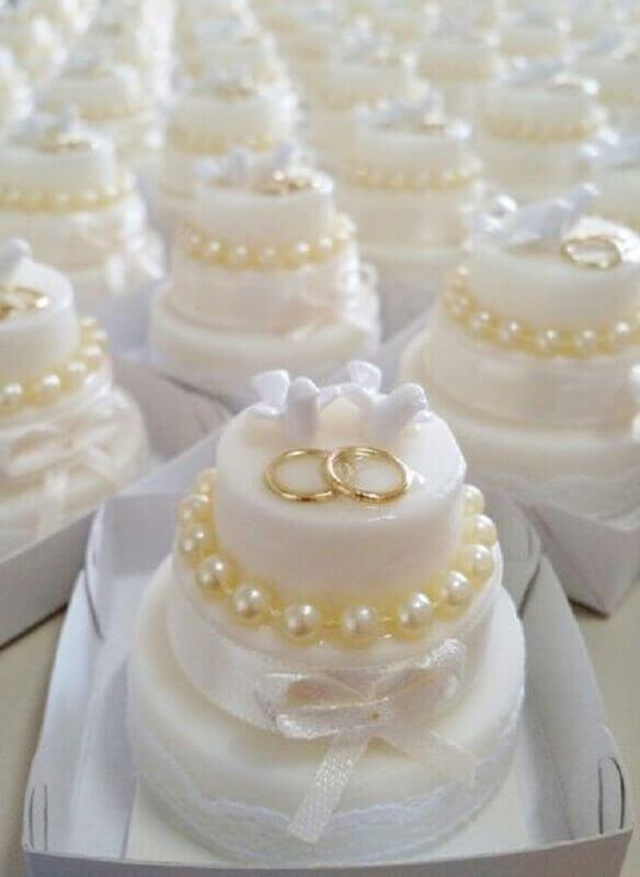 docinhos decorados com pérolas e alianças para bodas de pérola festa  Foto Pinterest