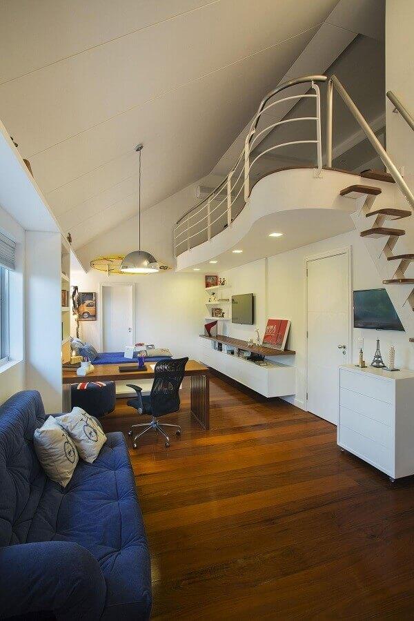 home office decorado com piso de madeira e mezanino Foto RBP Arquitetura e Interiores