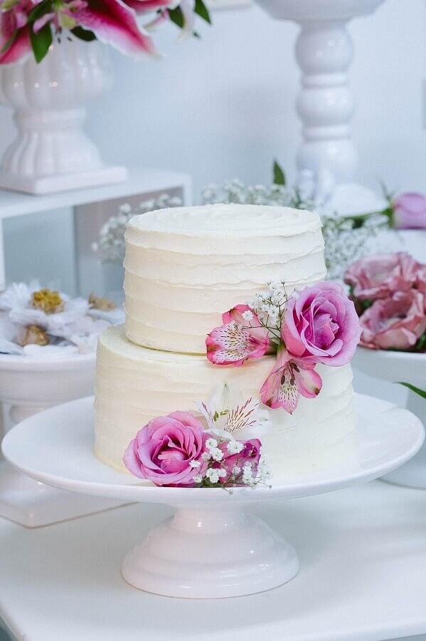ideia rústica de bolo bodas de pérola decorado com rosas  Foto  Julia Guedes