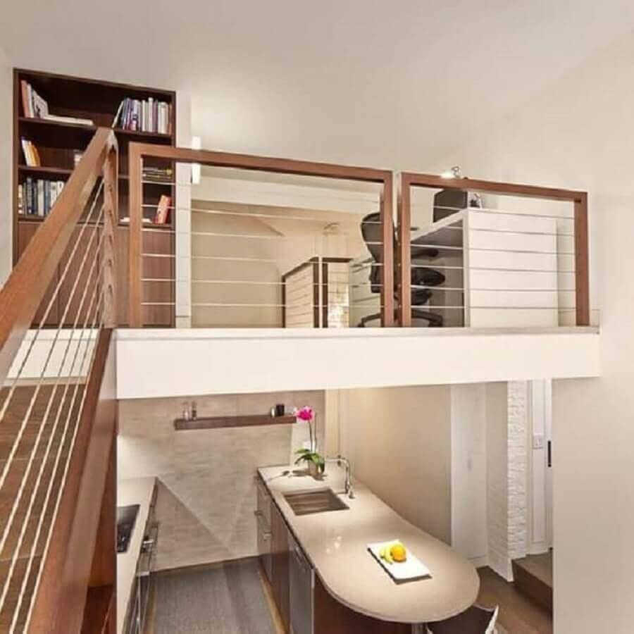 lofft com mezanino e corrimão de madeira Foto Tirmizi Design Studio