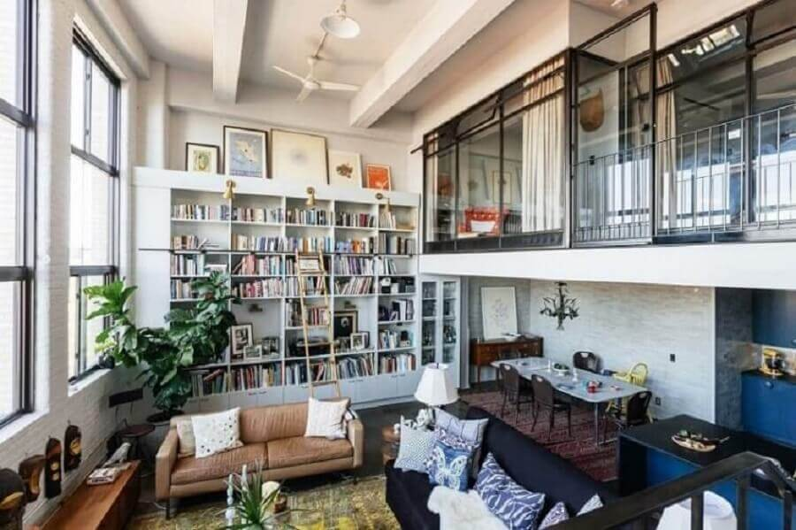 loft decorado com estantes de livros e mezanino Foto We Heart It