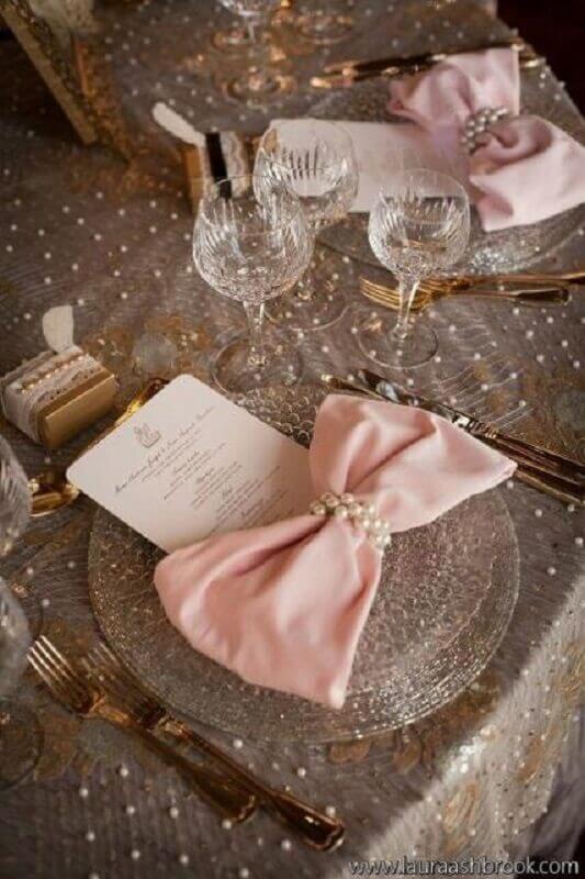 mesa decorada em tons de rosa e dourado para bodas de pérola  Foto Pinterest