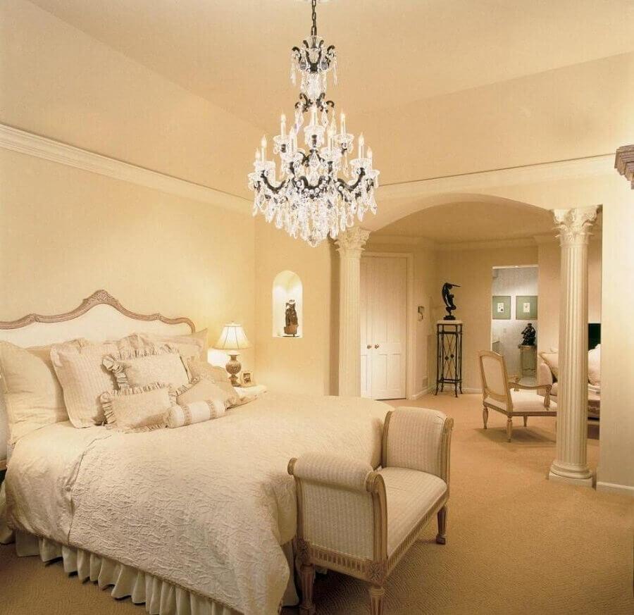 modelo de lustre de cristal para quarto de casal com decoração em tons de bege