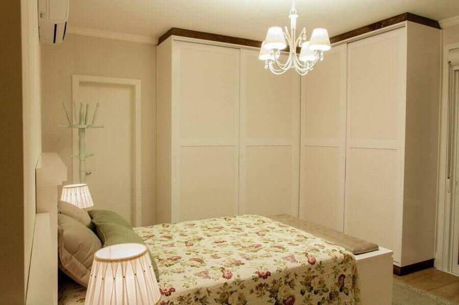 modelo de lustre para quarto de casal com decoração simples