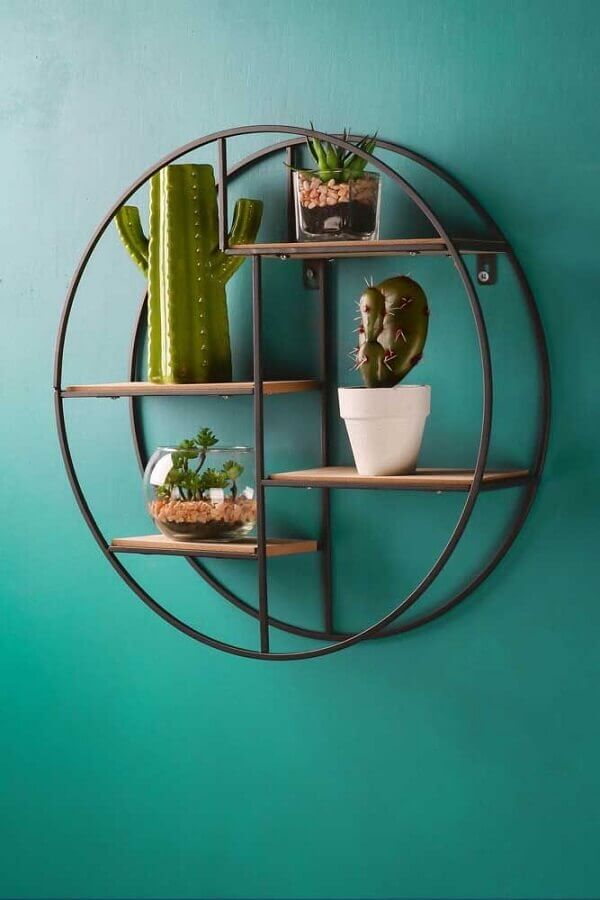 nicho redondo decorado com vasinhos de plantas Foto Whaleycorn