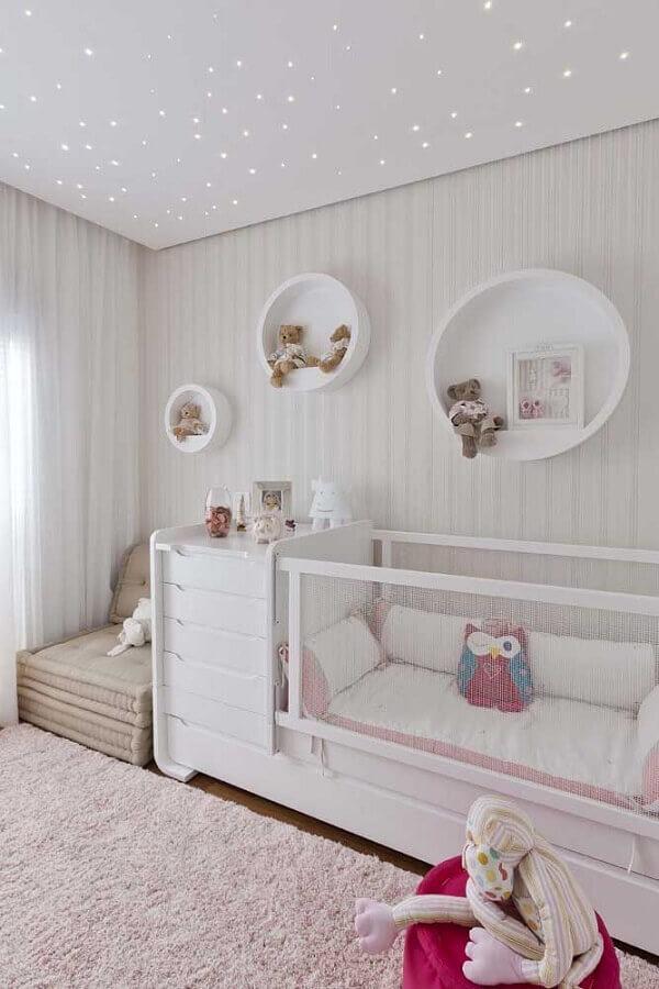 nicho redondo para quarto de bebê todo branco decorado com bichinhos de pelúcia Foto Aaron Guide
