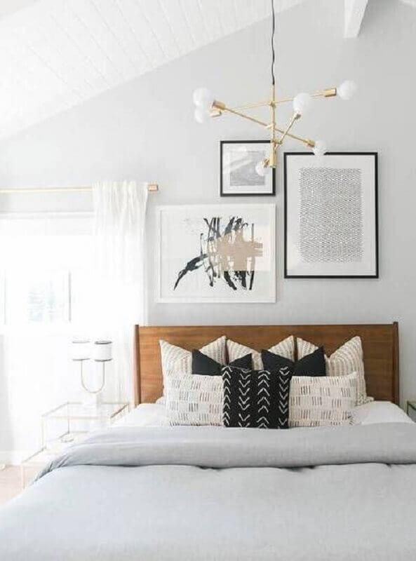 quarto de casal todo branco decorado com lustre moderno dourado Foto GoodNewsArchitecture