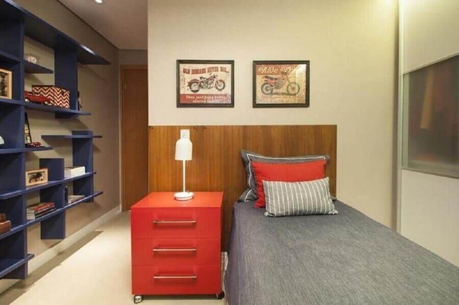 quarto de solteiro decorado em tons de vermelho azul e cinza Foto Meyer Cortez