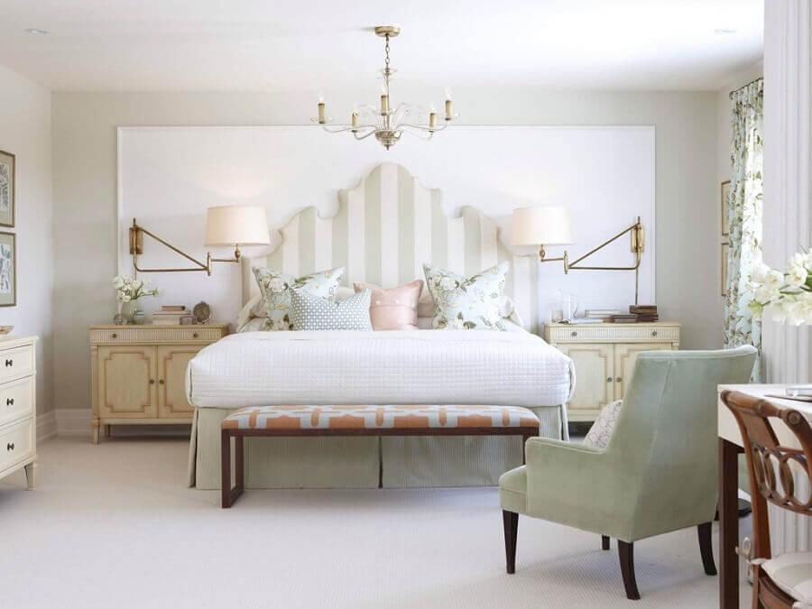 quarto decorado com modelo de lustre delicado