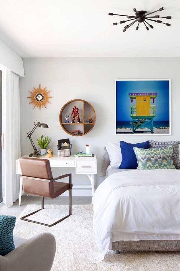 quarto decorado com nicho redondo de madeira Foto Krista + Home