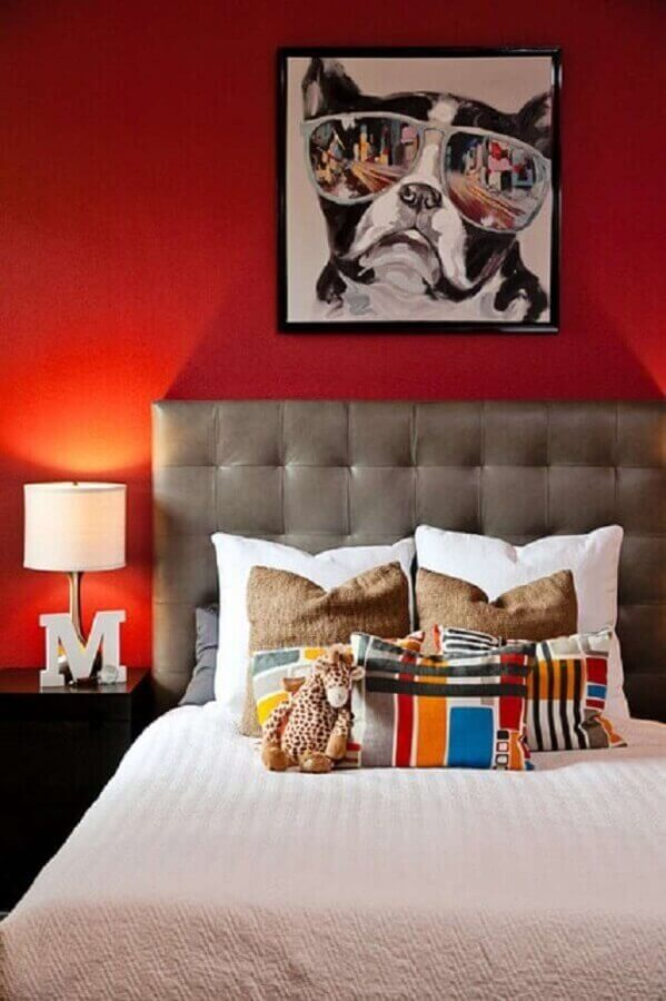 quarto decorado com parede vermelha e cabeceira capitonê cinza Foto Shutterfly