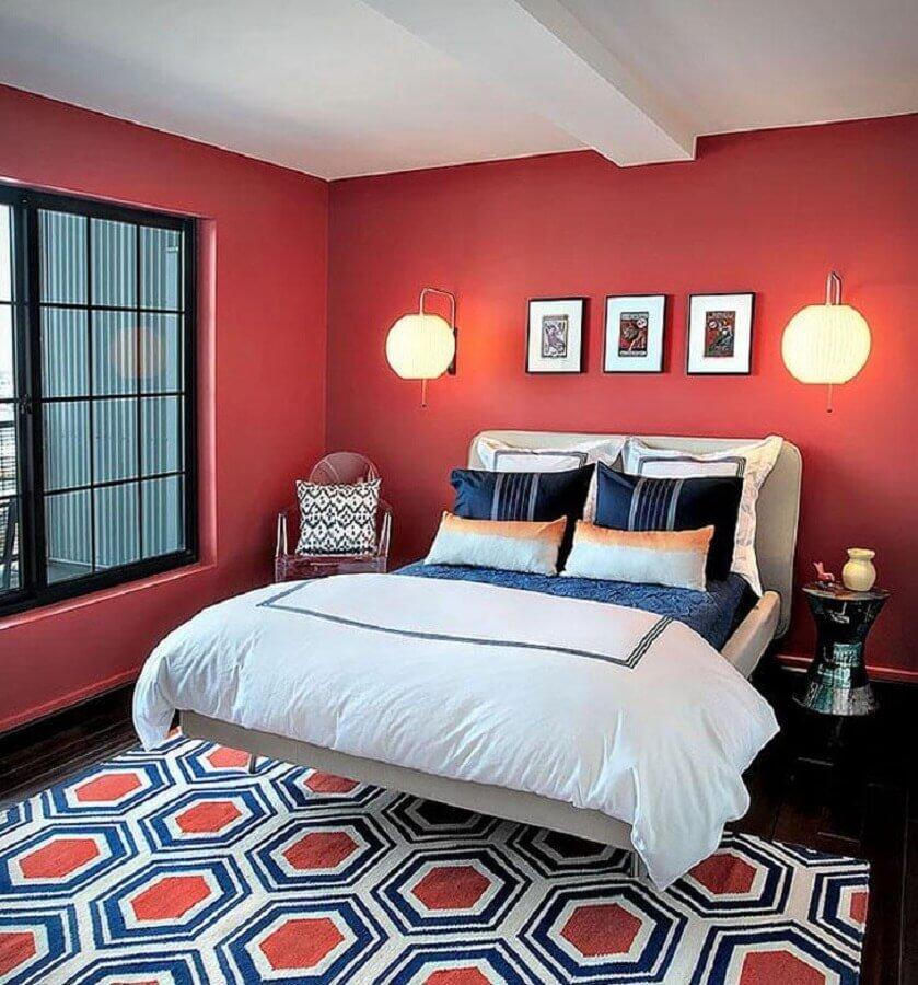 quarto vermelho decorado com arandela e tapete estampado Foto Lauren M. Levine Interiors