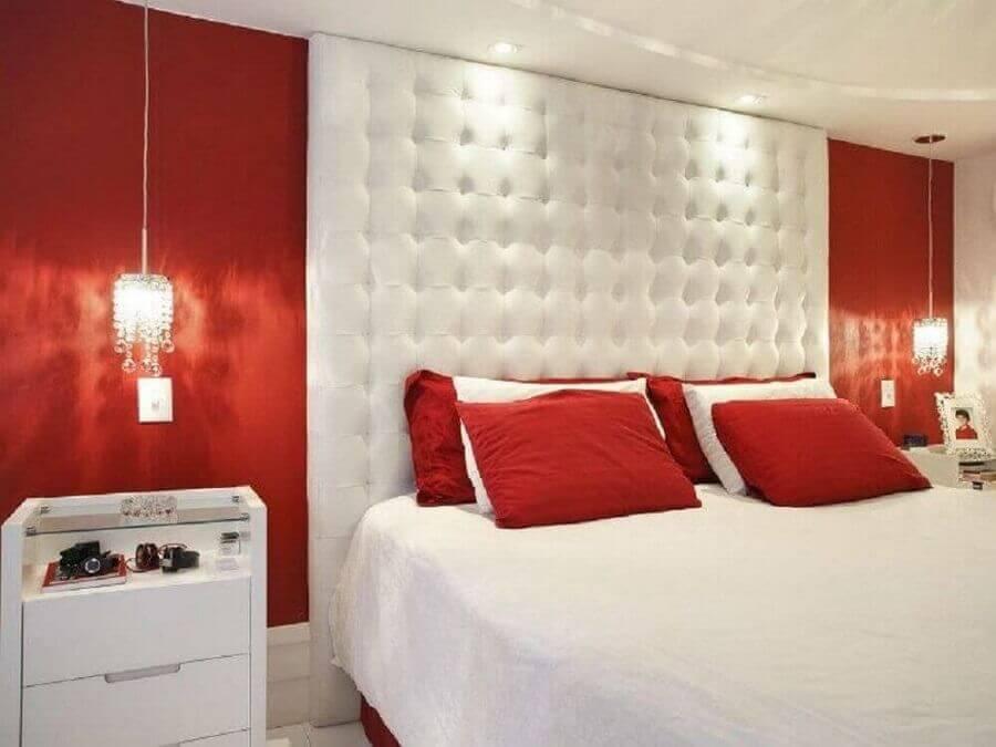 quarto vermelho e branco decorado com cabeceira capitonê Foto Pinterest