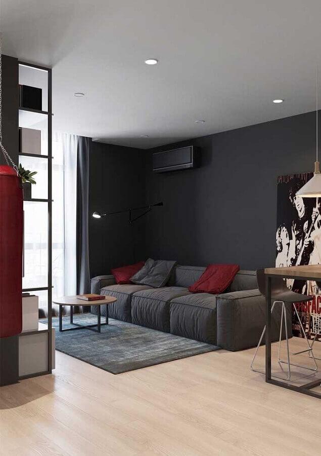 sala cinza decorada com almofadas vermelhas Foto Pinterest