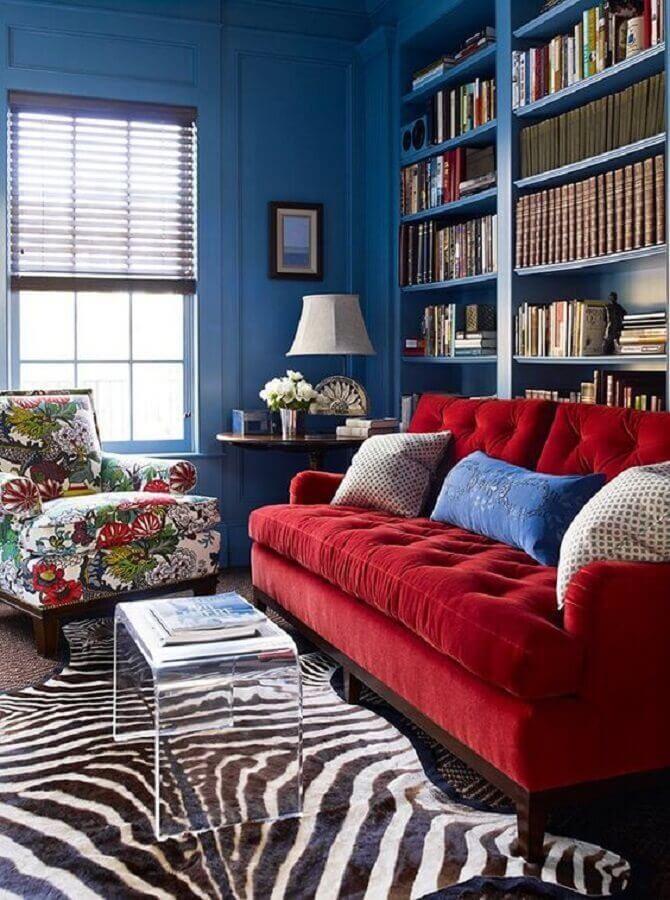 sala com sofá vermelho parece azul e tapete com estampa de zebra Foto Pinterest