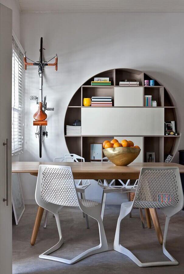 sala de jantar decorada com estante de nicho redondo grande Foto Francisco Calio