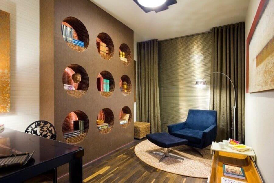 sala decorada com nichos redondos embutidos Foto Viajando no Apê