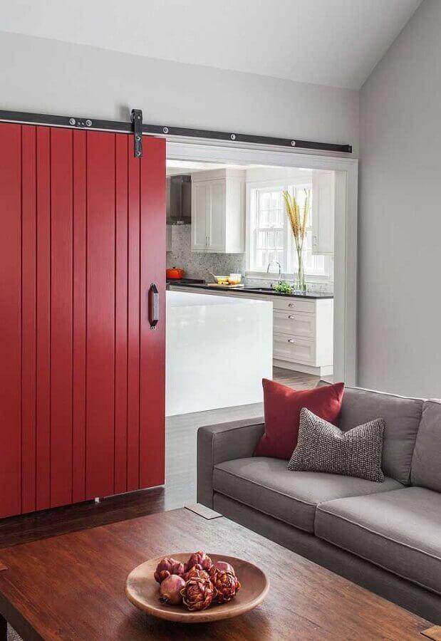 sala decorada com porta de correr vermelha Foto Pinterest