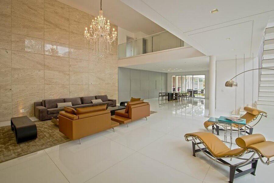 sala sofisticada decorada com lustre de cristal e mezanino Foto Mutabile Arquitetura e Design Gráfico