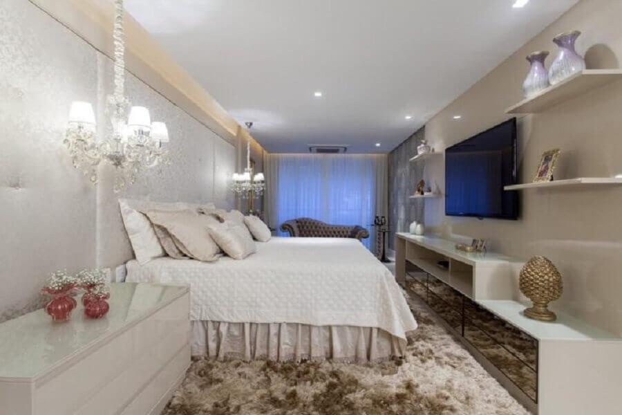 sofisticada decoração para quarto de casal com lustre sobre criado mudo Foto Vanja Maia