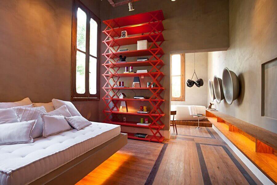 tons de vermelho para decoração de quarto moderno com parede de cimento queimado e cama com iluminação de led Foto Pinterest