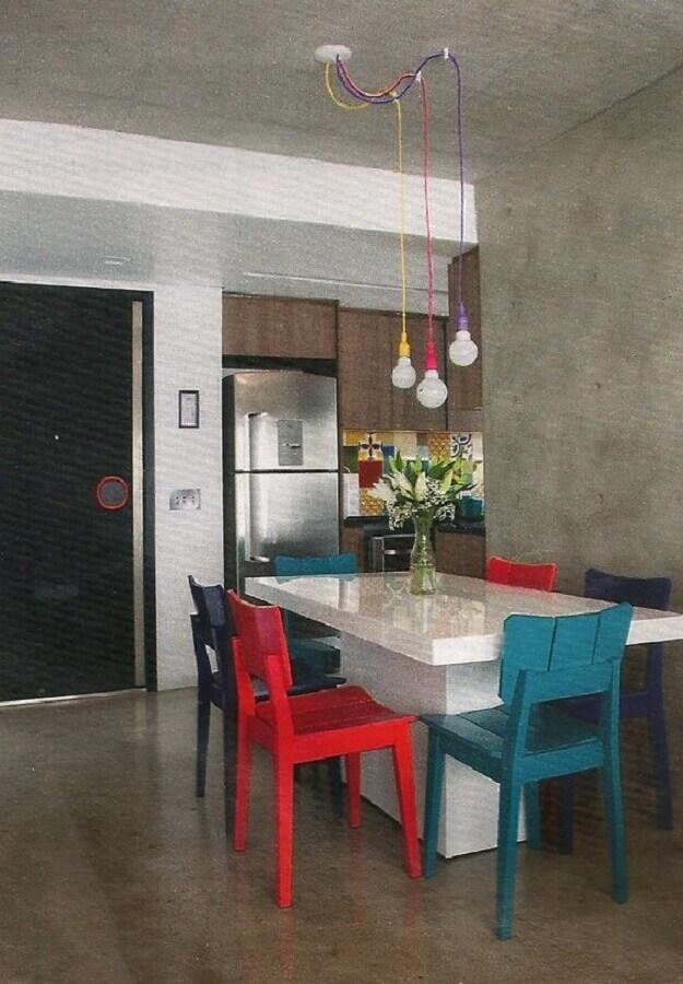 tons de vermelho para decoração de sala de jantar com cadeiras coloridas Foto Pinosy
