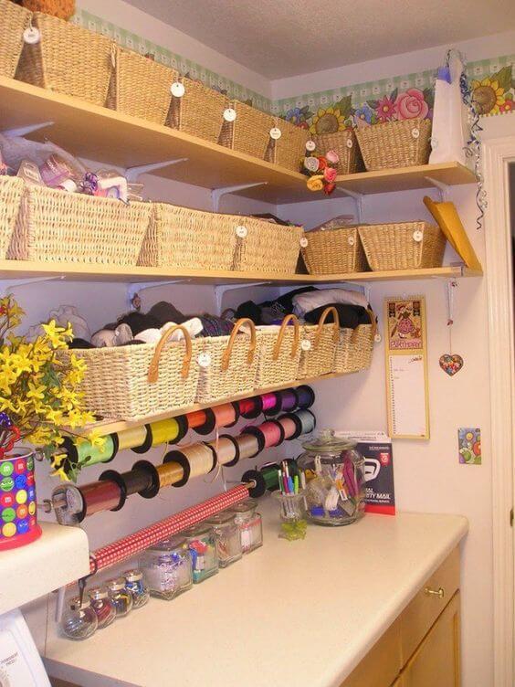 atelier de costura - ateliê com cestos de palha