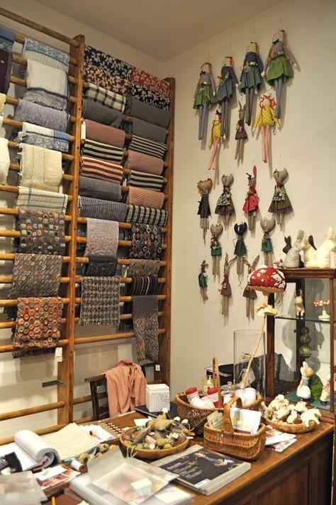 atelier de costura - ateliê de costura com arara de tecidos