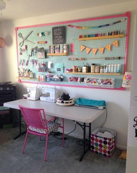 atelier de costura - ateliê de costura com mesa e painel