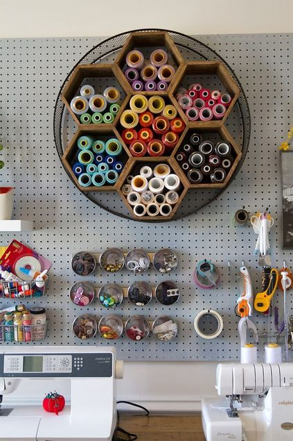 atelier de costura - ateliê de costura com painel circular de linhas