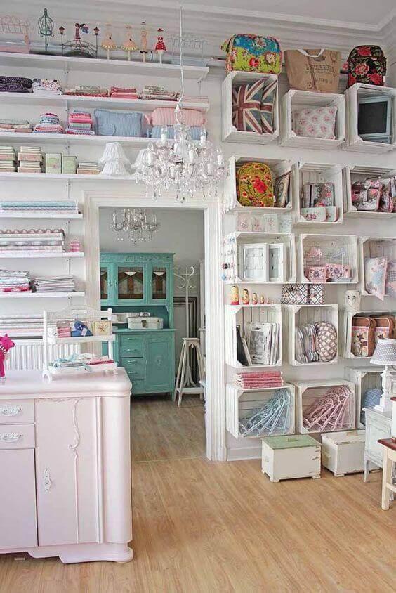 atelier de costura - ateliê de costura decorado com caixotes