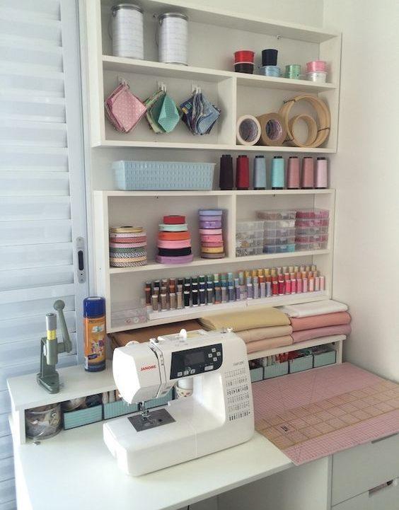 atelier de costura - mesa e painel de ateliê com linhas e tecidos