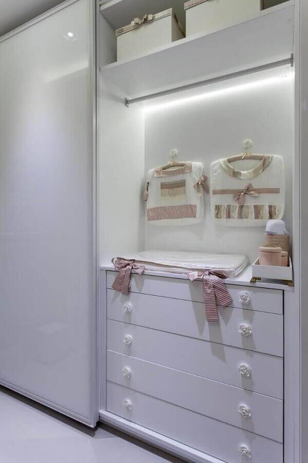 cômoda de bebê branca com puxador em formato de rosa  Foto Vanja Maia